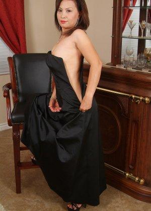 Зрелая азиатка элегантно приподнимает платье и показывает себя - фото 15