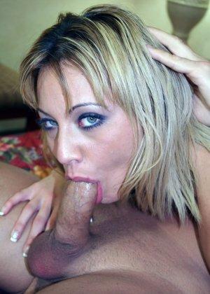 Порно камшот блондинки порадует любителей спермы на лице у красоток, которые красиво трахаются а в конце сосут - фото 18