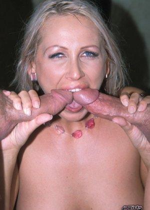 Опытная дамочка решила опробовать на себе удовольствие от двойного проникновения и не пожалела - фото 9