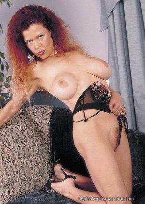 Грудастая женщина с рыжими волосами, садится пиздой на самотык - фото 8