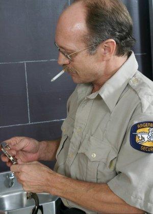 Дала полизать ноги надзирателю за сигарету - фото 4