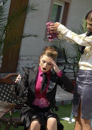 Одетые женщины обливались шампанским во дворе дома - фото 14