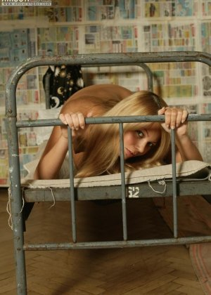 Стройная блондинка показывает маленькие сиськи и ухоженный лобок - фото 3