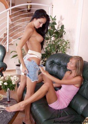 Две молоденькие сучки устраивают лесбийские игры, показывая всю свою сексуальность перед камерой - фото 3
