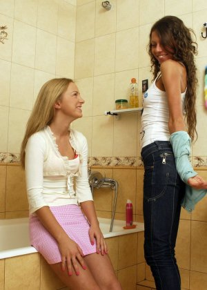 Две лесбиянки помогают друг другу раздеться перед душем, они намерены не трахаться, а немного поиграть - фото 9