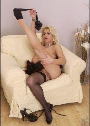 Сисястая блондинка хочет раздеться, она снимает белье и даже чулки, чтобы остаться полностью голой - фото 5