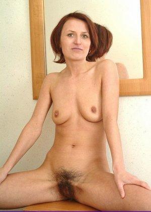 Зрелая женщина предстает перед камерой абсолютно голая – ей не стыдно показать свою волосатую пизду - фото 6