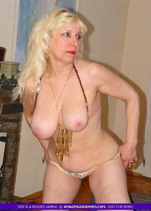 Русская пожилая женщина снимает чулки и остается в трусах - фото 3