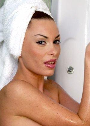 Роскошная брюнетка обмазывается гелем в душе - фото 3