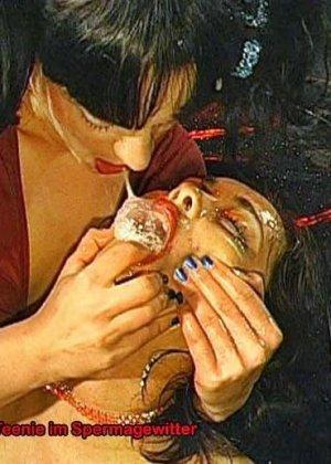 Две шалавы обмениваются спермой и мочой изо рта в рот - фото 11