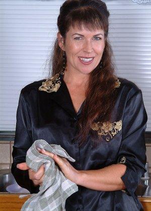 Домохозяйка оголила свой мохнатый лобок - фото 9