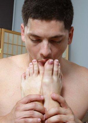 Фетишист вызвал проститутку с ухоженными ступнями, он лижет и целует ее пальцы, а девушка дрочит член парня ногами - фото 2