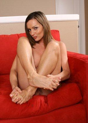 Поцеловала пальцы на своих ногах и открыла пизду - фото 7