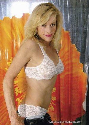 Женщины после сорока тоже могут выглядеть сексуально – это доказывает красивая блондинка в душе - фото 9