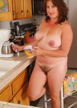 Пухлая пожилая домохозяйка показывает свою пизду, такой какая она у нее есть - фото 5