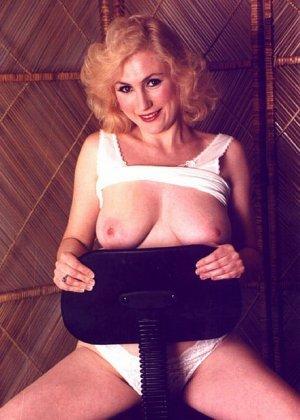 Пожилая грудастая блондинка раздевается до гола, иногда сжимая свои сиськи - фото 11
