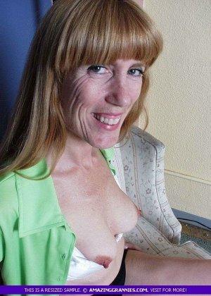 Зрелая дамочка показывает свое тело – она немного стесняется, но всё-таки забывает о своих недостатках - фото 5
