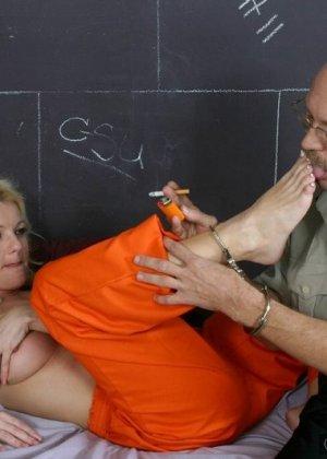 Старый извращенный полицейский приходит к заключенной, чтоб вылизать ей ножки и ощутить их на члене - фото 6