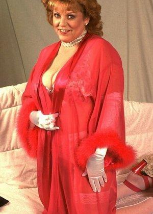 Зрелая женщина в эротичном одеянии показывает свое тело, позволяя рассмотреть волосатую пизденку - фото 10
