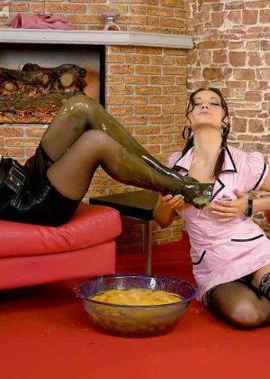 Две горничные используют в своих лесбийских развлечениях, сырые яйца - фото 12