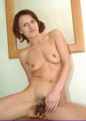 Зрелая женщина предстает перед камерой абсолютно голая – ей не стыдно показать свою волосатую пизду - фото 1