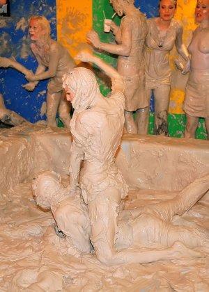 Девки занимаются борьбой в грязи - фото 2