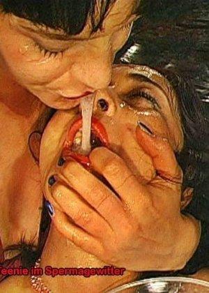 Две шалавы обмениваются спермой и мочой изо рта в рот - фото 6