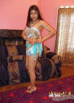 Привлекательная индианка раздевается, показывая голые сиськи - фото 13