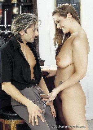 Девушка с натуральной грудью без лифчика приглянулась бармену, он снял ее платье, поковырялся пальцем в жопе телки и все же трахнул в пизду - фото 8