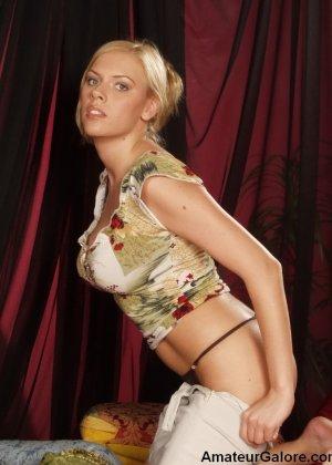 Грудастая стройная блондинка соглашается на любительскую съемку, но не спешит снимать всю одежду - фото 13