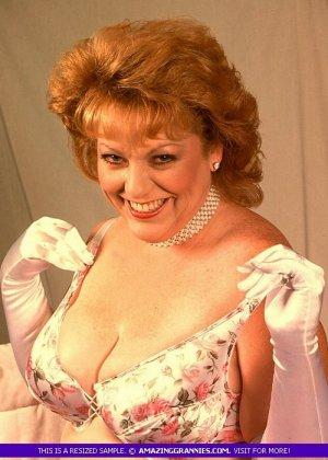 Зрелая женщина в эротичном одеянии показывает свое тело, позволяя рассмотреть волосатую пизденку - фото 3