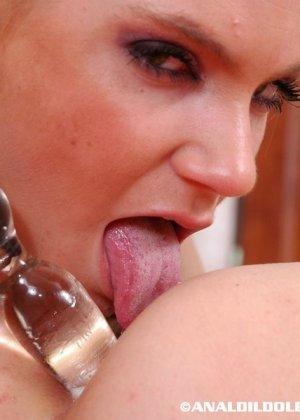 Сексуальная девушка с удовольствием испробует анус своей подружки, вставляя прозрачное дилдо - фото 12