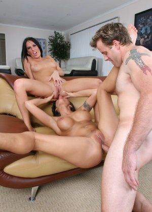 Две знойные брюнетки лесбиянки трахаются с парнем, принимают сперму на лицо и дают в пизду и анал, групповуха ЖМЖ была интересной - фото 14