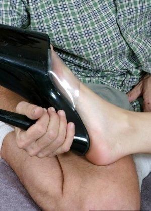 Старый мужик зашел к соседке, когда она спала и начал целовать ее ноги, телка просыпается, мастурбирует и дрочит мужику ступнями - фото 7