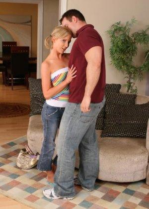 Парень долго трахает блондинку и обильно кончает ей на задницу, затем снова ее имеет и уже брызгает спермой на небольшие сиськи - фото 8
