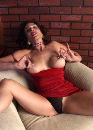 Горячая матюрка покусывает свою грудь - фото 12