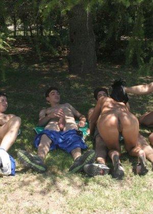 Групповой трах на природе, толпа мужиков по очереди имеют девушку, пуская ее по кругу своих стояков - фото 3