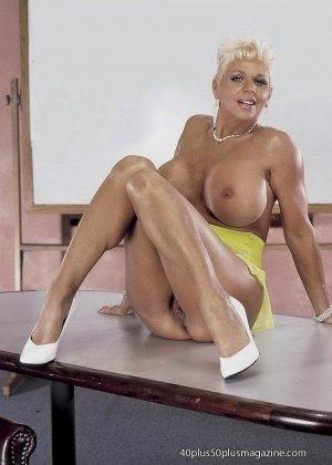 Сисястая матюрка сексуально показывает свое знойное тело - фото 14