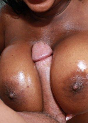 Две негритянки с крупными формами тела и два белых хуя - фото 2