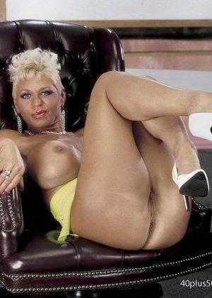 Сисястая матюрка сексуально показывает свое знойное тело - фото 10