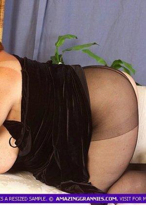Старая жирная блядь, вспоминает молодость, мастурбируя - фото 7