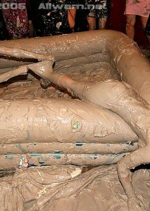 Борьба в грязи, телки раздеваются до трусов во время публичной драки в бассейне с грязью - фото 13