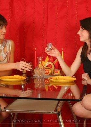 Поужинав, подруги лесбиянки принялись расслабляться - фото 8