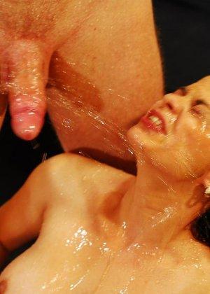Красивую женщину обоссали двое мужчин - фото 4