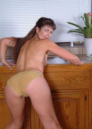 Домохозяйка оголила свой мохнатый лобок - фото 2