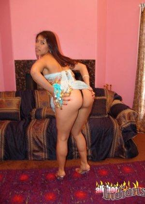 Привлекательная индианка раздевается, показывая голые сиськи - фото 10