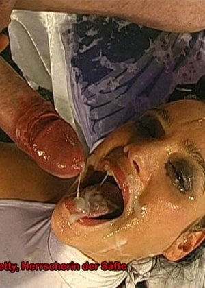 Телка сосет хуи и пьет мочу нескольких мужчин - фото 15