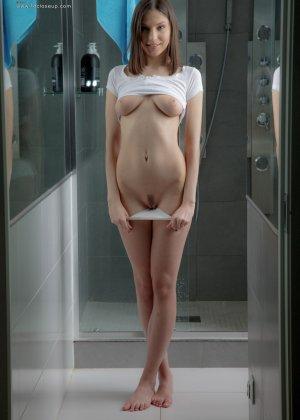 Красивая безобразница устроила соло в душе, теплая струя воды и вибратор помогают ей достичь оргазма - фото 9