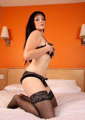 Никки – темпераментная брюнетка, которая с удовольствием показывает свое тело в сексуальном белье - фото 12