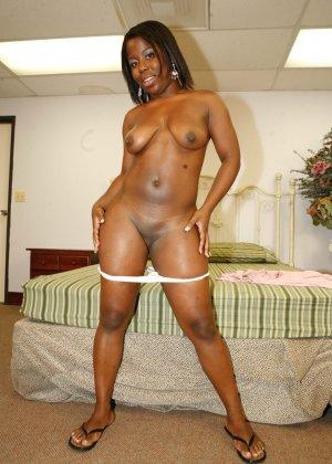 Пара темнокожих увлеченно трахается в гостинице, жопастая негритянка хочет быть сверху - фото 7